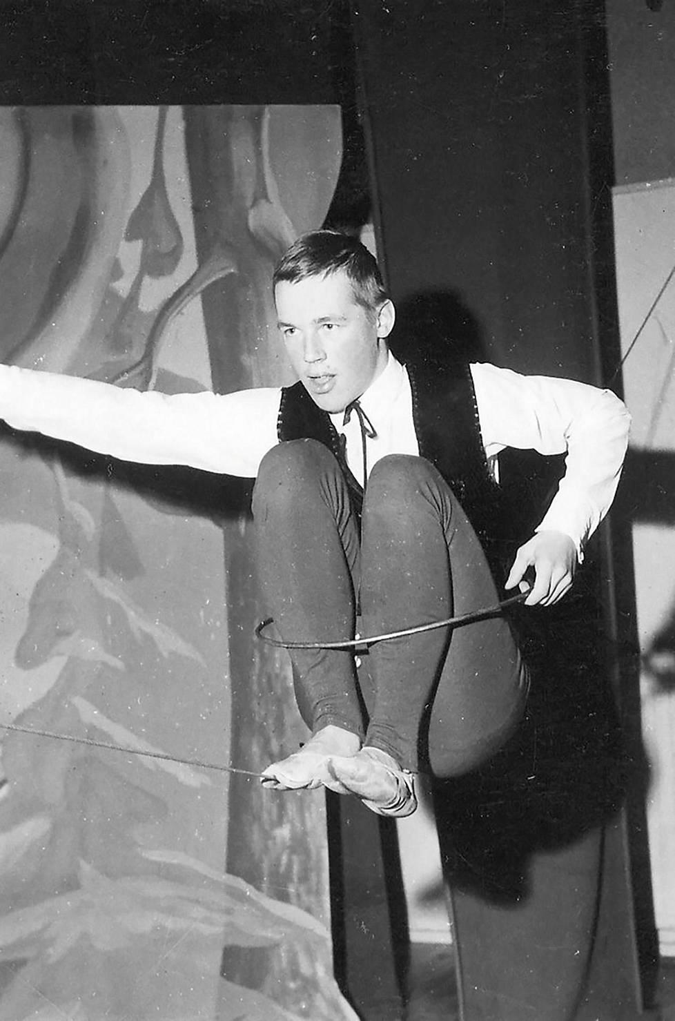 Aimo Leikas esitteli taitojaan nuoralla Haukivuoren Kisapirtillä helmikuussa 1966