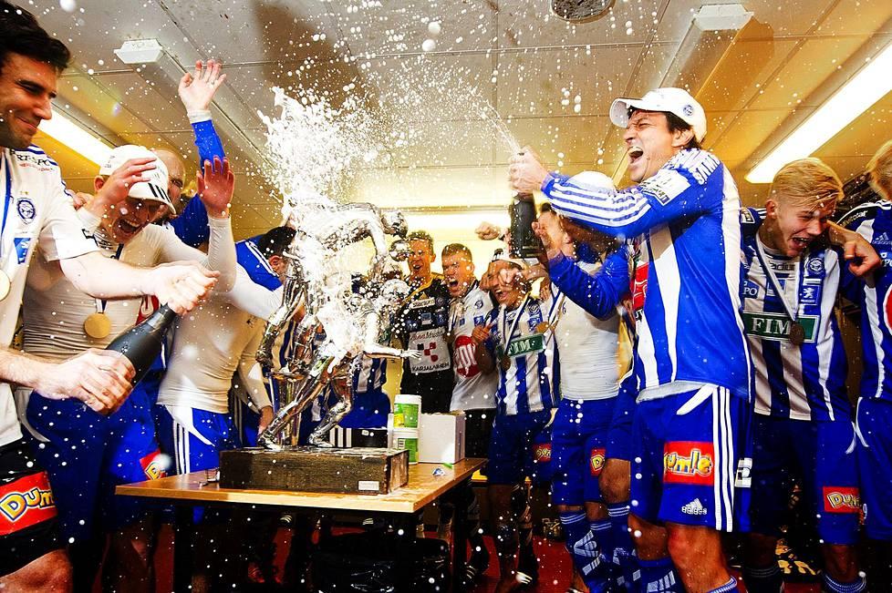 Kauden 20011 päätteeksi HJK sai juhlia Suomen mestaruutta.