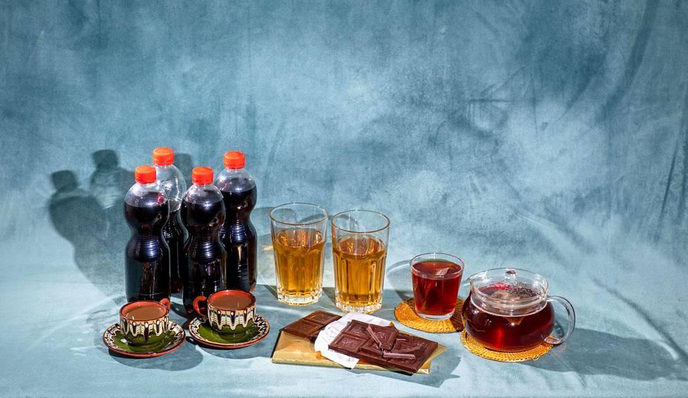 Tämän verran erilaisia tuotteita tarvitaan, jotta niiden sisältämä kofeiinipitoisuus on keskenään sama: 200 milligrammaa. Sen verran aikuisen on vielä turvallista nauttia kofeiinia yhtenä kerta-annoksena. Kuvassa on suomalaista vaaleapaahtoista kahvia, kolajuomaa, tummaa suklaata, energiajuomaa ja teetä. Lähde: Ruokavirasto.