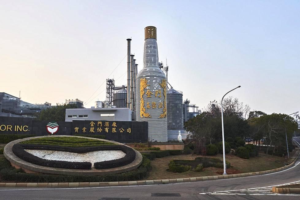 Jinmenin kuuluisin tuote on Gaoliang-viina. Kun vesipulasta kärsivälle saarelle vedettiin vesijohto Kiinasta, viinatehdas sai luvan yhä käyttää paikallista pohjavettä.