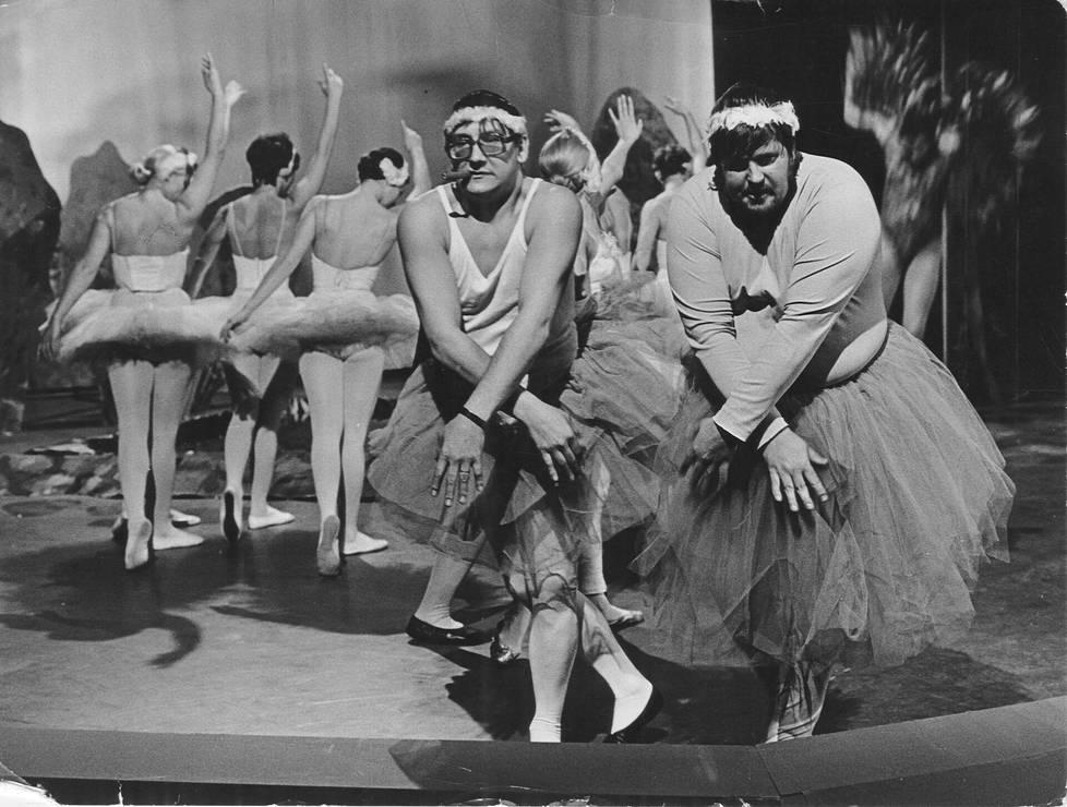 Television Kivikasvot Show sisälsi lauluesitysten lisäksi sketsejä. Ilkka Hemming (vas.) ja Fredi ballerinoina vuonna 1970.
