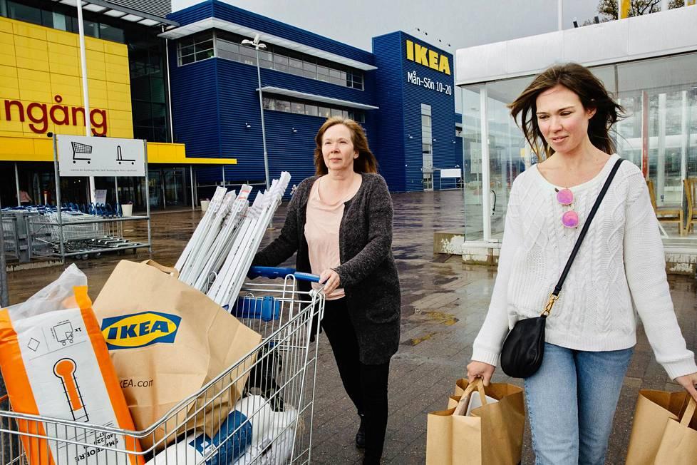 Anette Jansson kävi tekemässä suurostokset Kungens Kurvan Ikea-myymälässä Tukholmassa tyttärensä Petra Kämpen kanssa, koska muutto ei koronaa odota. Ruotsissa kulutuskysyntä vaikuttaa laskeneen hieman Suomea vähemmän.