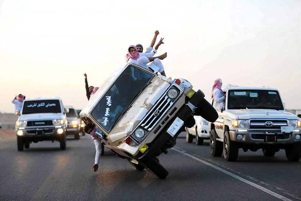 Saudinuoret esittelivät taitojaan stunt-tempussa, jossa auto liikkuu vain kahdella pyörällä toisella kyljellään. Temppu tehtiin Tabukin kaupungissa Saudi-Arabiassa.