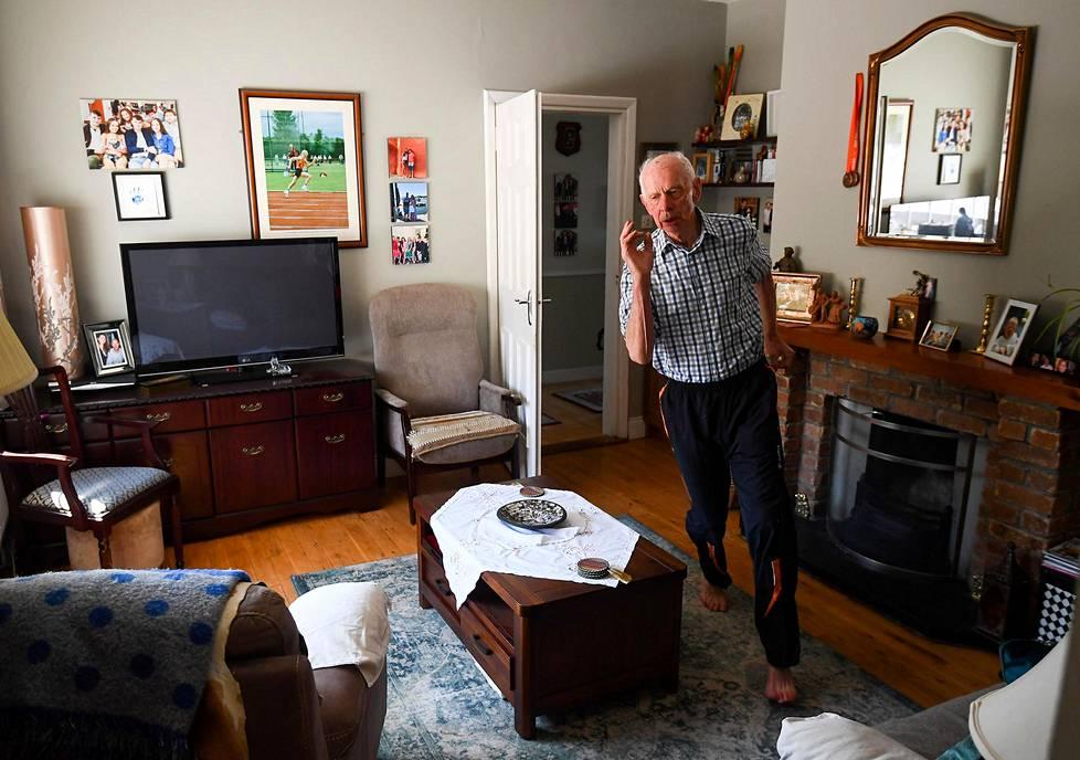 87-vuotias yleisurheilun harrastaja Pat Naughton harjoitteli pandemia-aikaan kotonaan Nenaghissa Irlannissa. Urheilukuvat, 2. palkinto.