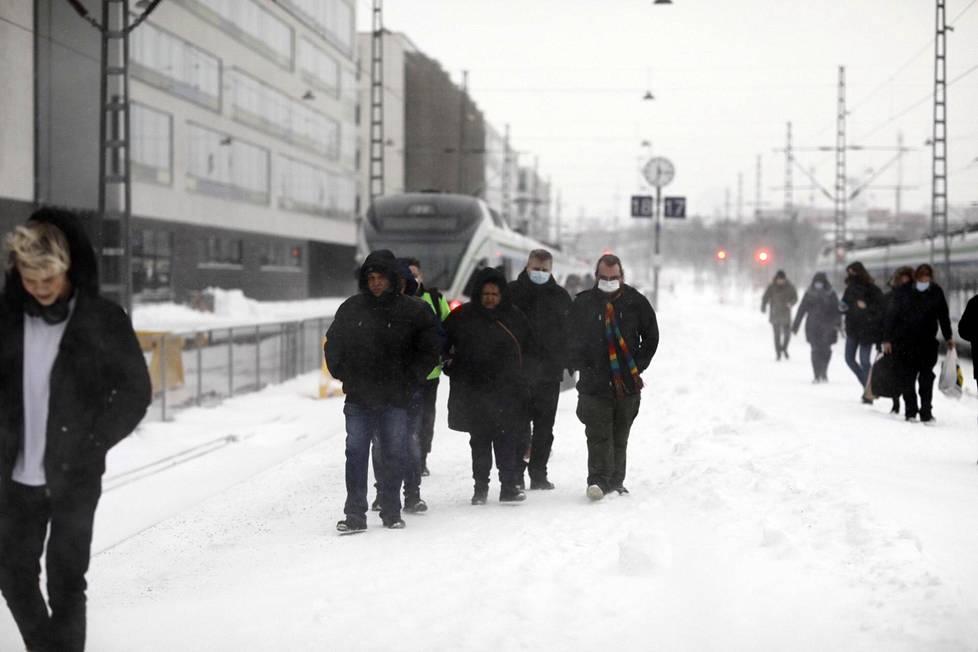 Rautatieaseman laiturit peittyivät lumeen.