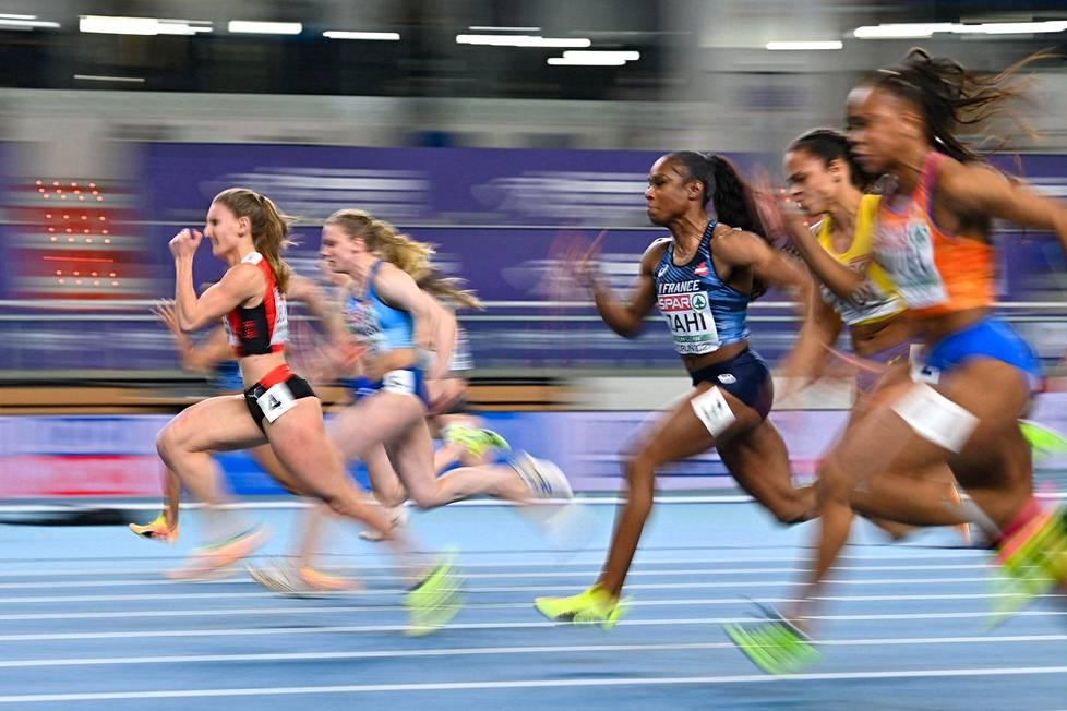 Sveitsin Ajla Del Ponte (vas.) juoksi sunnuntaina voittoon 60 metrin EM-finaalissa. Viereisen radan Lotta Kemppinen sijoittui toiseksi.
