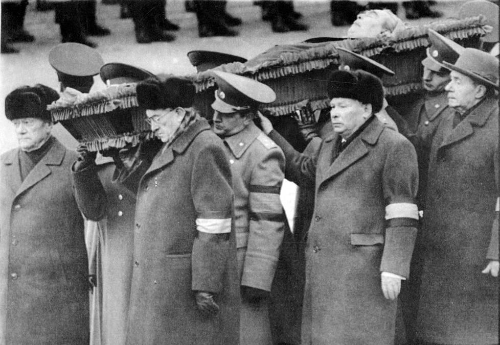 Politbyroon jäsenet kantoivat Brežnevin arkkua marraskuussa 1982. Vasemmalta pääministeri Nikolai Tihonov, uusi puoluejohtaja Juri Andropov, Konstantin Tšernenko ja ulkoministeri Andrei Gromyko.
