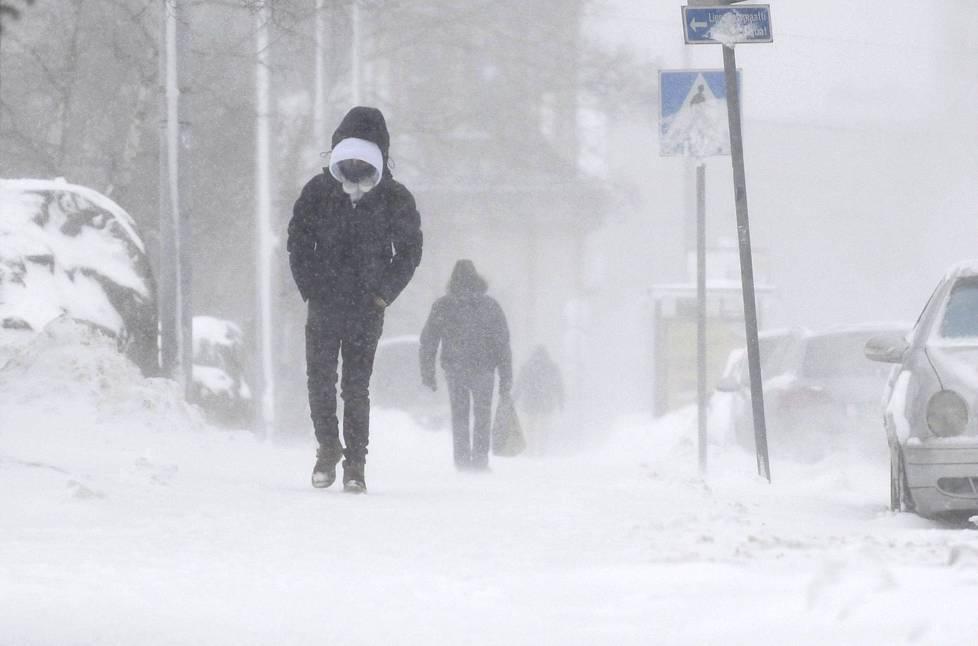 Sakeaa lumisadetta Hakaniemessä puoliltapäivin.