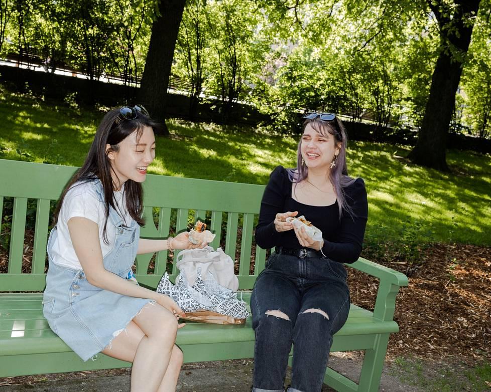 Dana Yoo ja Meri Haavikko pysähtyivät syömään vähän eväitä Kaivopuistossa.