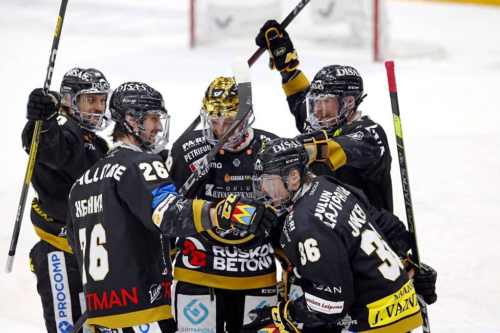 Juhamatti Aaltonen (vas.) juhli Jussi Jokisen tekemää maalia Vaasan Sportia vastaan. Shaun Heska, Cody Kunyk ja Mika Pyörälä yhtyivät riemuun.
