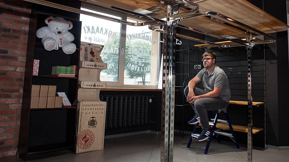 Kauppias Pavel Belavus Symbal.by-liikkeessään. Ihmiset ostivat solidaarisuuden eleenä liikkeen tyhjäksi ennen kuin se sulki ovensa. Tarkoituksena on jatkaa verkkokauppana.