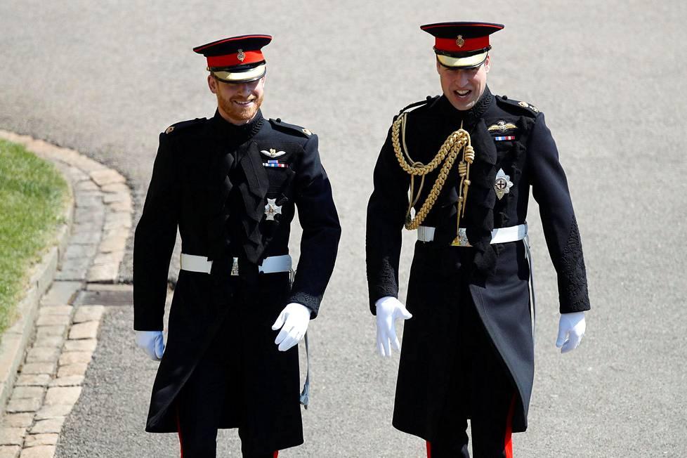 Prinssi Harry saapui linnaan veljensä, bestmanina toimineen prinssi Williamin kanssa.