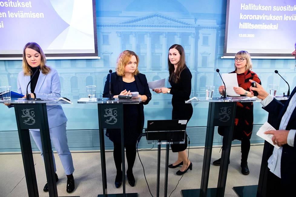 Pääministeri Sanna Marin (toinen oik.) johti puhetta lehdistötilaisuudessa, jota käytännössä koko Suomen hallitus oli mukana seuraamassa Valtioneuvoston linnassa 12. maaliskuuta.