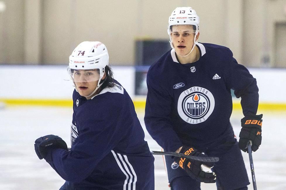 Ethan Bear (74) and Jesse Puljujärvi rehearses last week in Edmonton.