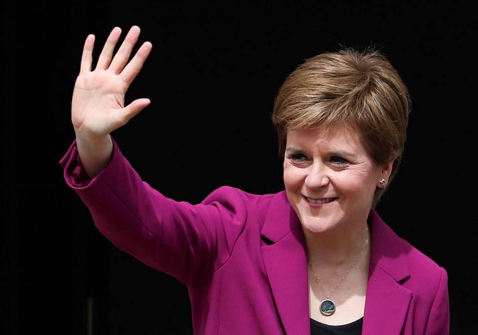 Skotlannin pääministeri Nicola Sturgeon vilkutti saapuessaan virka-asunnolleen Edinburghissa skottiparlamenttivaalien jälkeen viime perjantaina.