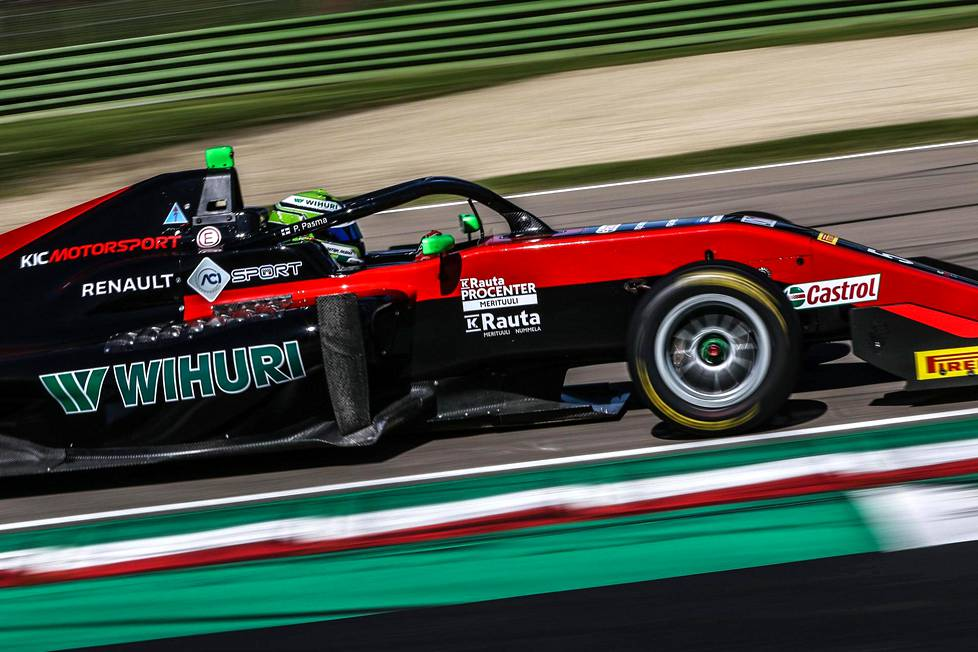 KIC Motorsport -tallin autoissa on puna-mustasivuraita.