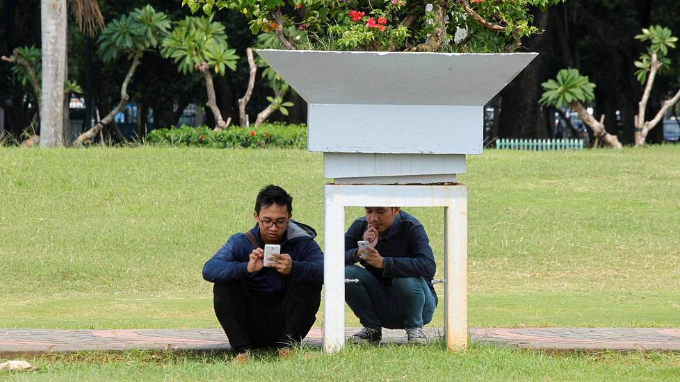Videoartikkeli, People play the mobile phone game Pokemon GO in a park in Central Jakarta, Indonesia July 21, 2016. REUTERS/Iqro Rinaldi - RTSIZD8