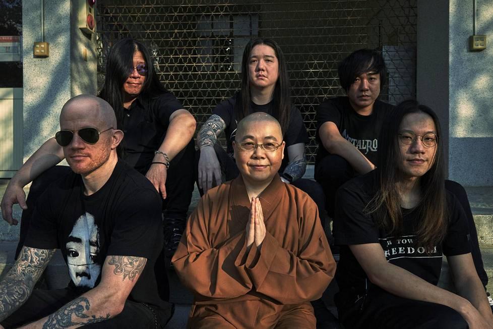 Nunna Shi Miao-ben (keskellä) ryhtyi Dharman jäseneksi, sillä hän haluaa lisää nuoria buddhalaisia.