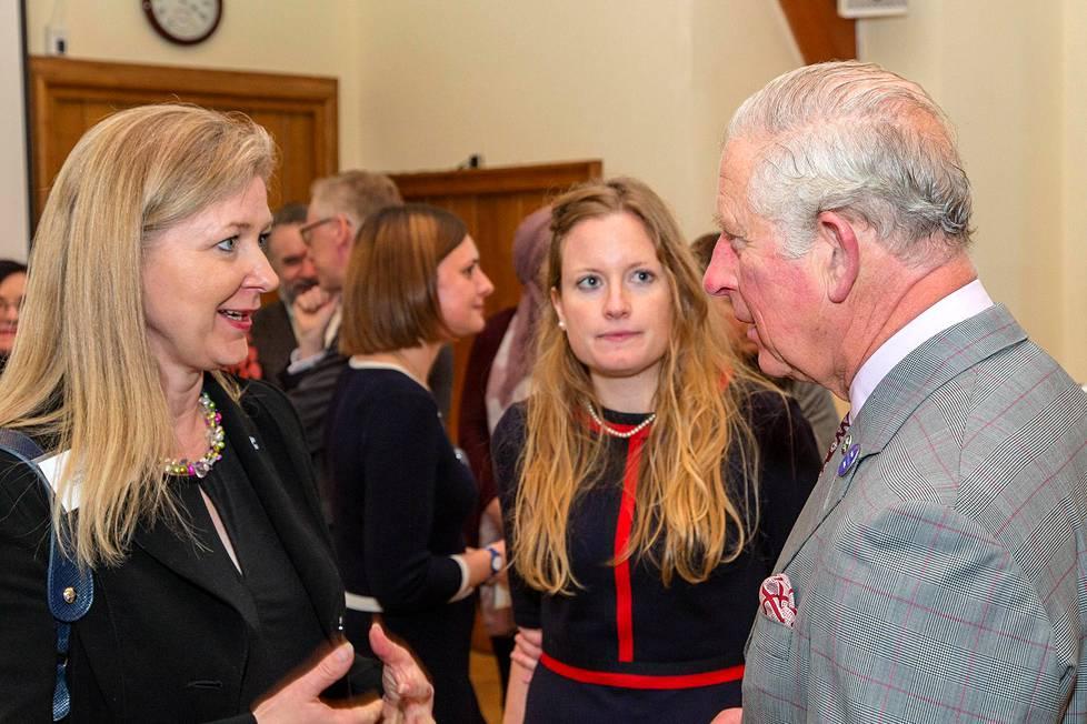Marjo Uotila (vas.), Intbaun toiminnanjohtaja Harriet Wennberg ja Walesin prinssi Charles Englannin Poundburyssä viime marraskuussa.