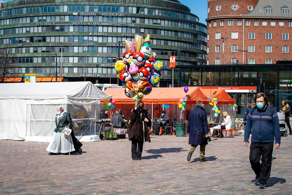 Hakaniemen torilla liikkui päivällä väkeä ostamassa vappupalloja ja kukkia. Torikahvila keräsi asiakkaita nauttimaan aurinkoisesta, vaikkakin viileästä vapunaatosta.