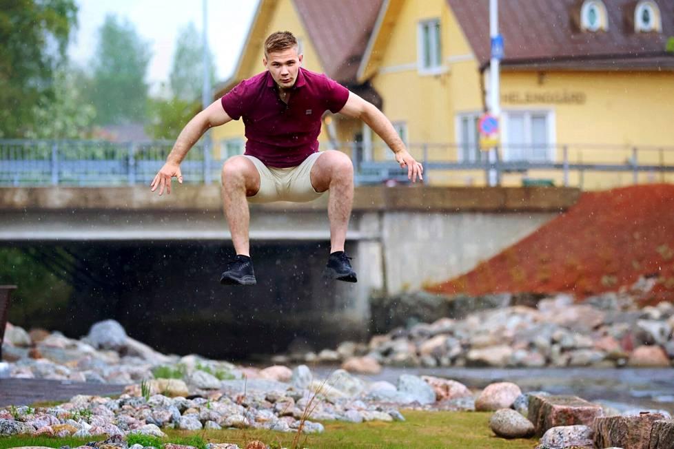Painija Elias Kuosmasen pomppu nousee korkealle Vernissarannassa Tikkurilassa, jossa hän on asunut ikänsä.