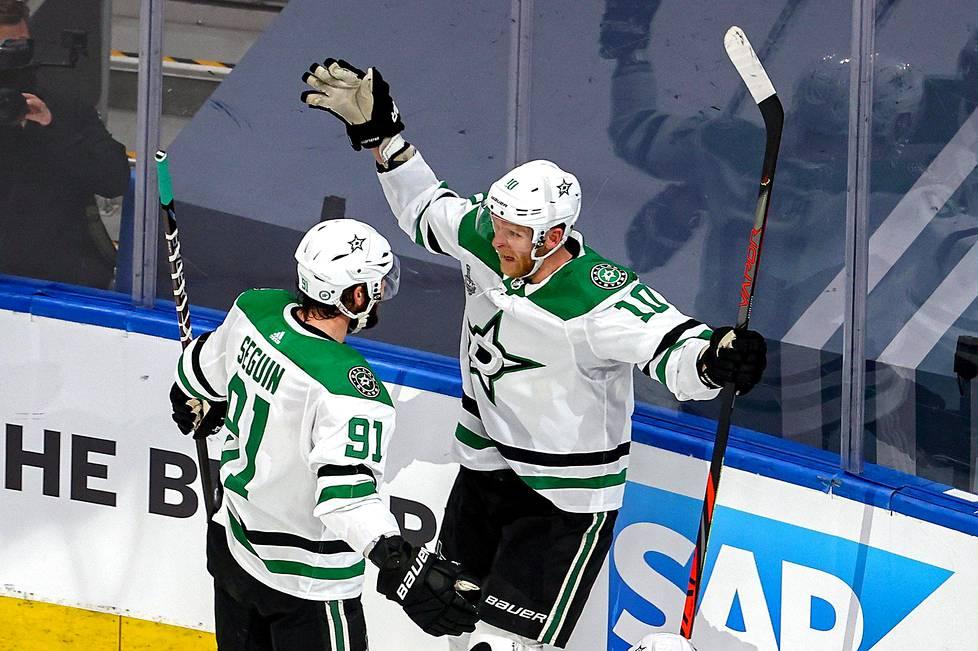 Dallasin hyökkääjä Tyler Seguin onnitteli Corey Perryä ottelun ensimmäisestä maalista viidennessä Stanley Cupin finaalissa.