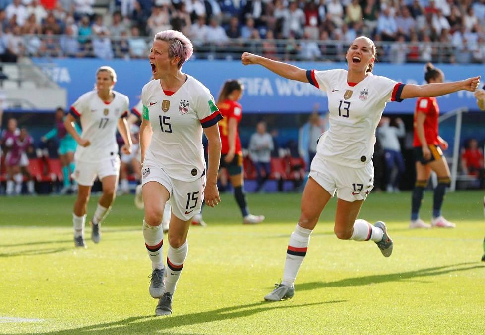 Yhdysvaltojen Megan Rapinoe (vas.) ja Alex Morgan ovat tehneet näissä kisoissa yhteensä jo kymmenen maalia. Tässä juhlitaan Rapinoen rankkarimaalia Espanjaa vastaan.