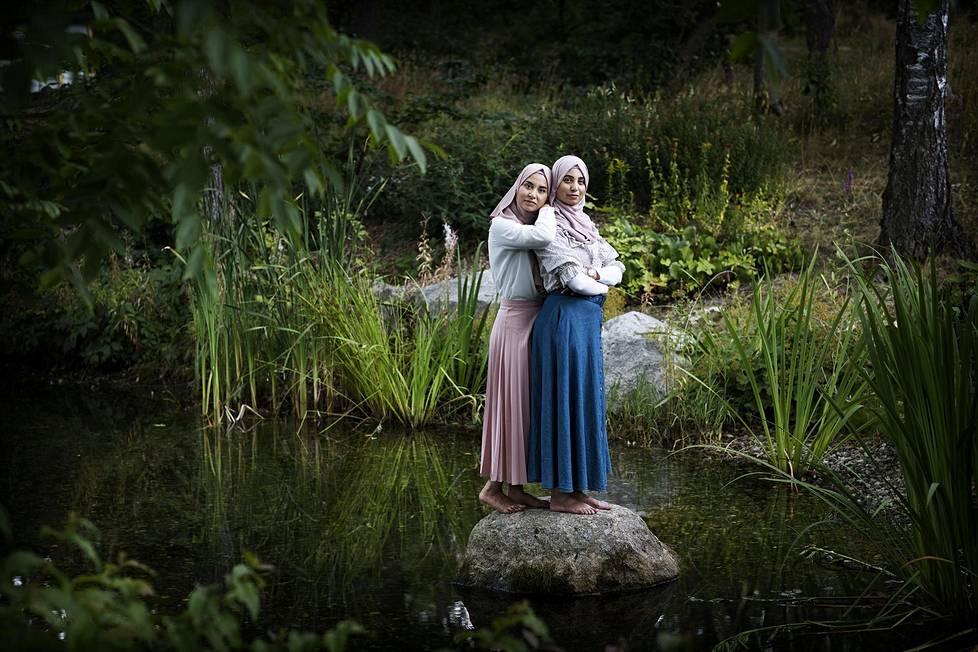 Turkulaiset siskokset Neriman ja Zahra Al Take tulivat Suomeen pakolaisina 1990-luvulla.