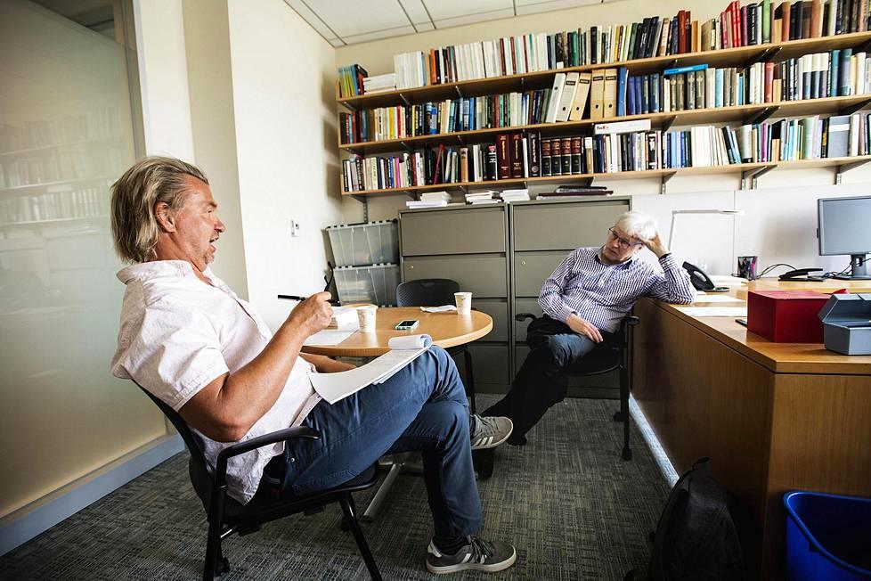 Saska Saarikoski keskusteli Bengt Holmströmin kanssa tämän työhuoneessa MIT:ssa.
