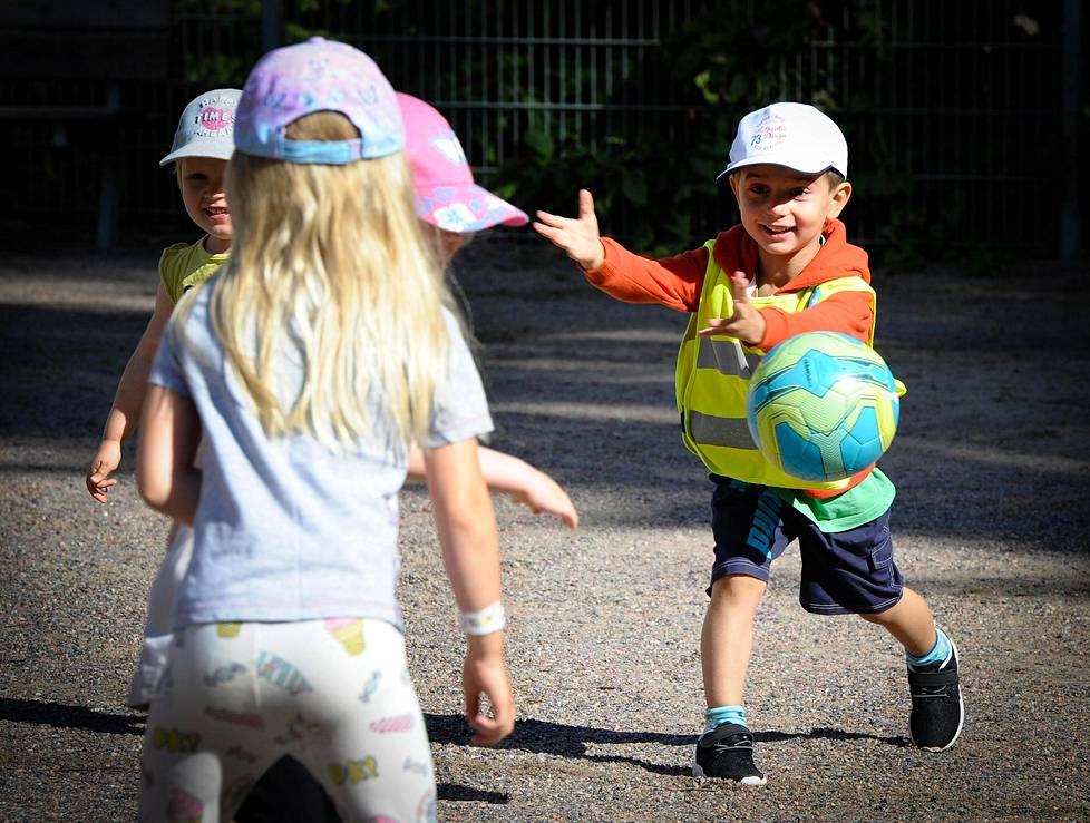 Helsingin yliopiston uuden tutkimushankkeen mukaan pojat liikkuivat päiväkodeissa fyysisesti rivakasti vuonna 2015 noin 12 prosenttiyksikköä enemmän kuin tytöt. Damien Starmans pelaa polttopalloa Aava Askin (etualalla) kanssa päiväkoti Lapilan pihalla Keravalla.