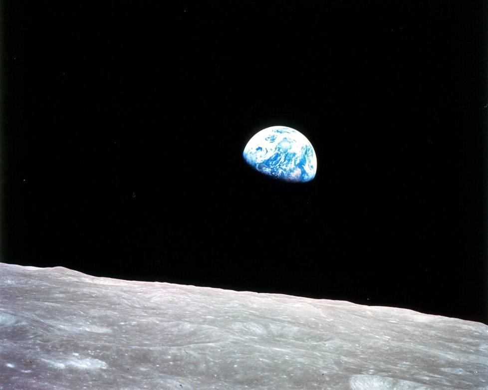 Apollo 8 saapui Kuun kiertoradalle jouluaattona 1968 ja lähti kiertämään Kuuta. Miehistöön kuulunut William Anders otti tuolloin Earthrise-nimeä kantavan kuvan.
