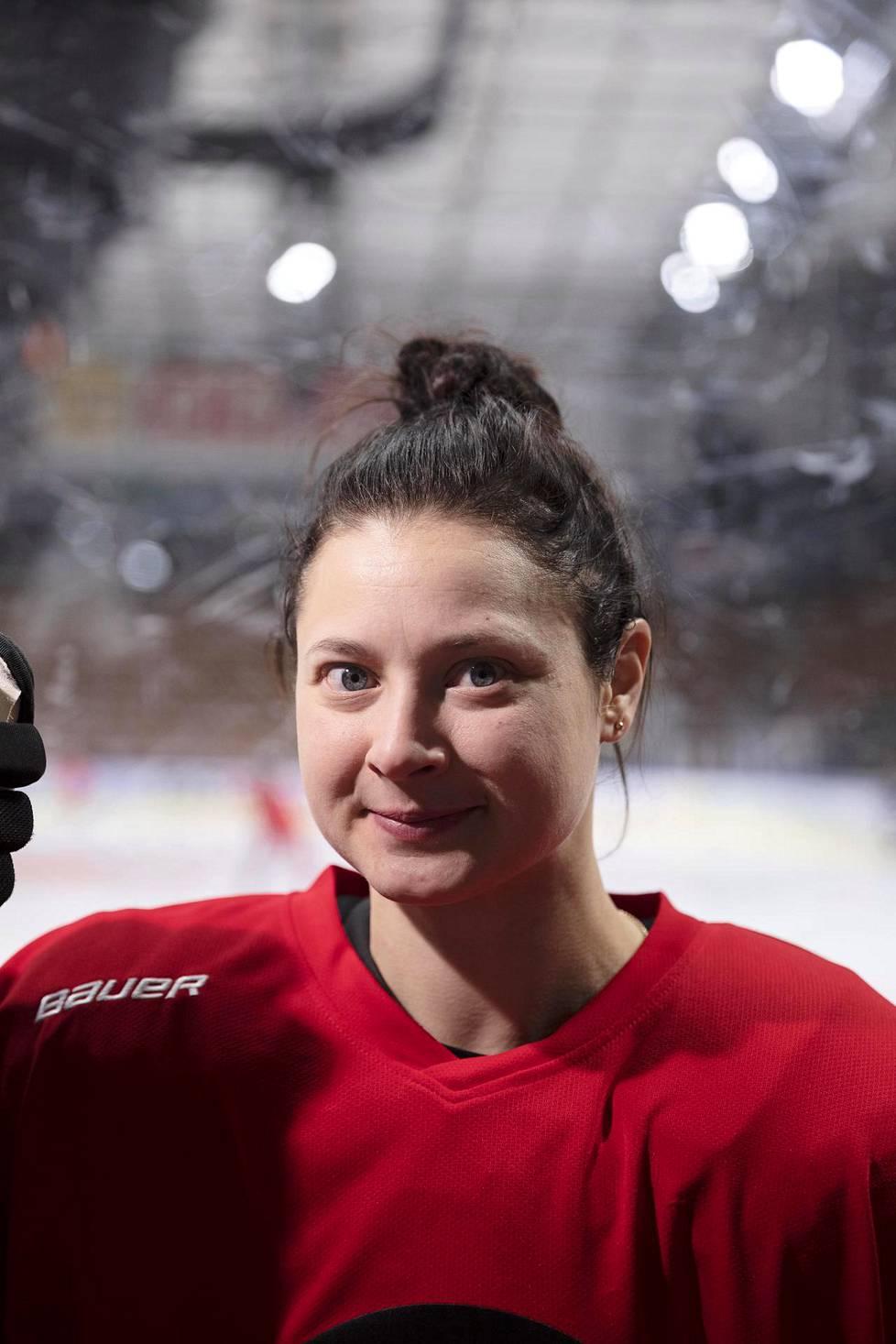Seuratasolla Luleå HF:ää edustava Jenni Hiirikoski on pelannut jo viisi kautta Ruotsin pääsarjassa SDHL:ssä. Viime viikolla Hiirikoski voitti kolmannen Ruotsin mestaruutensa.