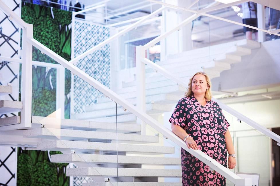 """Marimekon uusi henkilöstöjohtaja Tanya Strohmayer sanoo """"marinoituneensa"""" hyvin. Hän aikoo uudistaa Marimekon henkilöstöpolitiikan."""