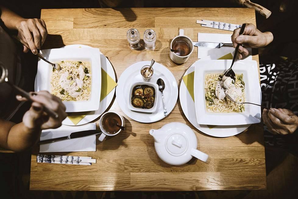 Hotelli Holiday Inn City Centre Helsingin keskustassa tarjoaa aamiaisella aasialaisia ruokia, kuten kiinalaista teetä ja nuudelikeittoa.