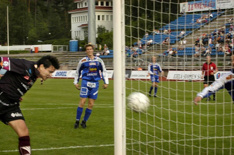 Vuonna 2004 Jari Litmanen siirtyi Ajaxista FC Lahteen. Ensimmäinen maali Lahden paidassa syntyi Tampere Unitedia vastaan.
