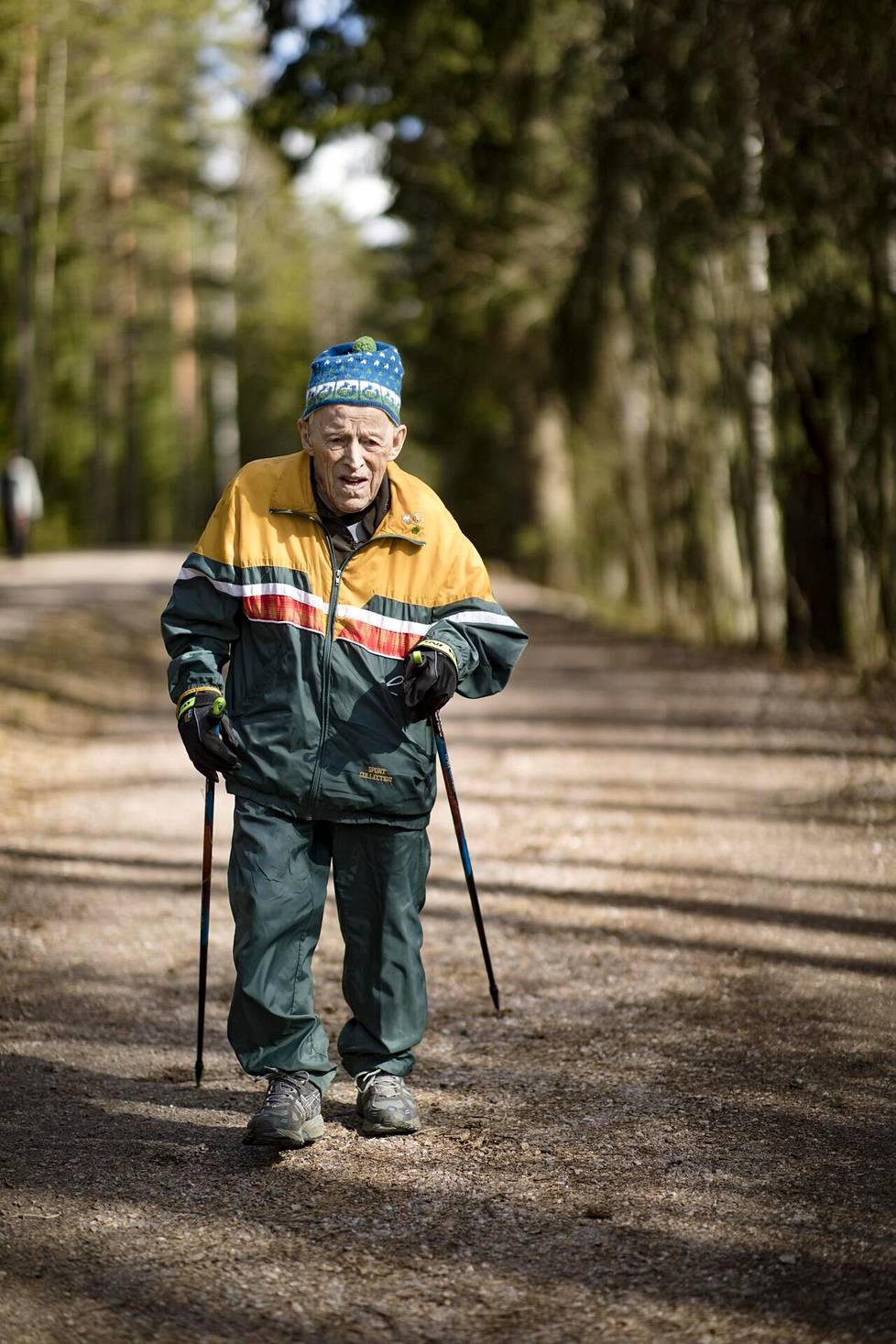 Aulis Lintunen käveli Akilleen majan maisemissa Espoon Puolarmetsässä.