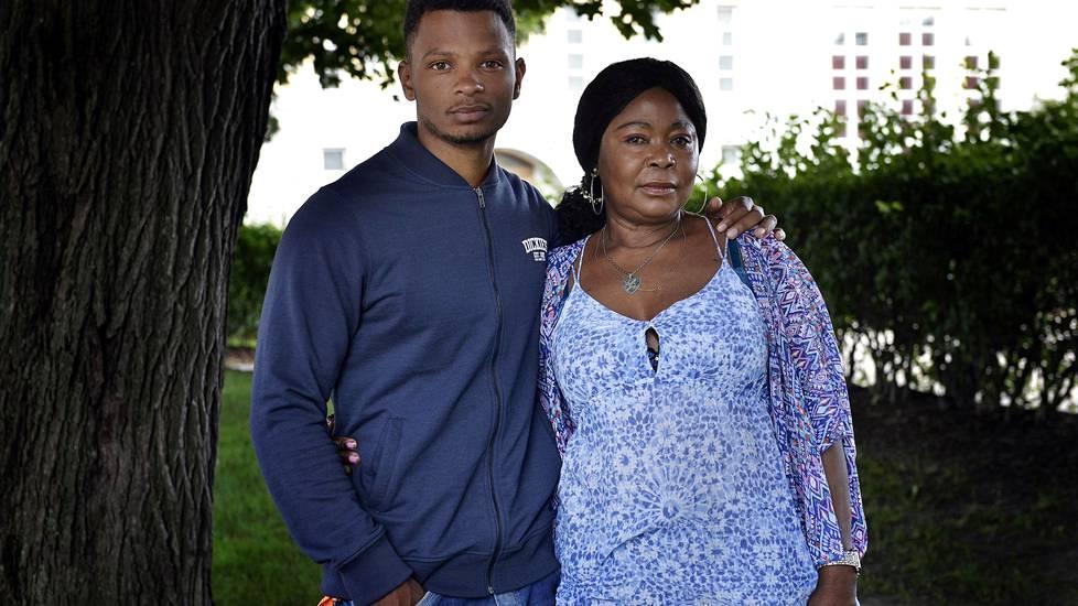 Äiti oli pitkään perheen pomo, mutta nykyisin  äiti kuuntelee enemmän poikaansa kuin tämä äitiään.