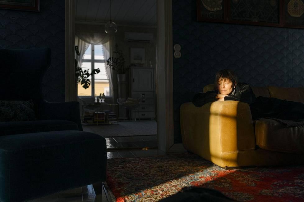 Kirjailija Pauliina Vanhatalo kuvattiin kotonaan Raahessa, vuonna 1850 rakennetussa puutalossa.