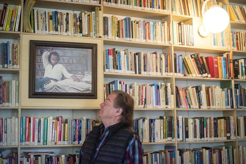 Ystävyyden majatalon kirjastossa riittää luettavaa. Daniel Nylund näyttää nuoruudenkuvaansa.