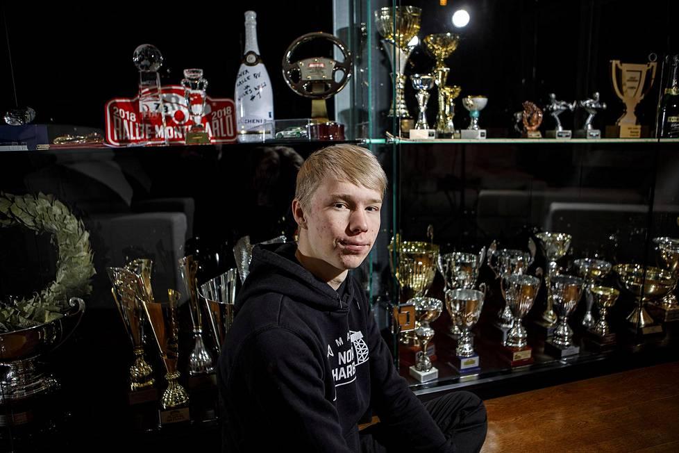 Ralliautoilija Kalle Rovanperällä on Jyväskylässä oma palkintohuone, jonka yksi seinä on täynnä pyttyjä, pokaaleja ja mitaleita.