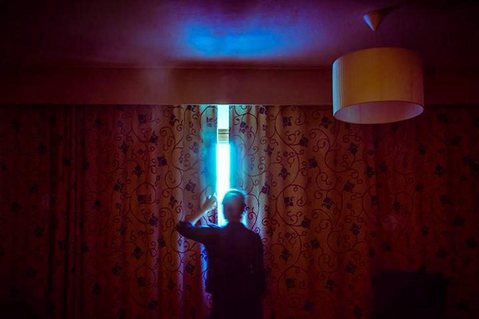 Maria Lax kuvat ovat hänen näkemyksiään Pudasjärven yöstä. Mystinen tunnelma on saatu aikaan esimerkiksi pitkää valotusaikaa käyttämällä.