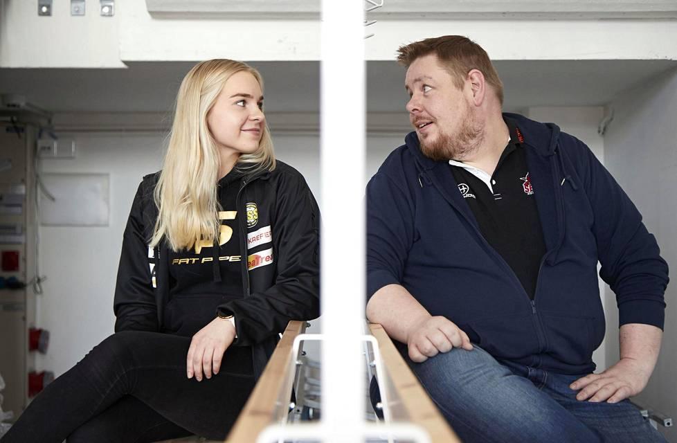 Milja ja Sami Saarikoski tutussa pukukopissa Nurmijärvellä.