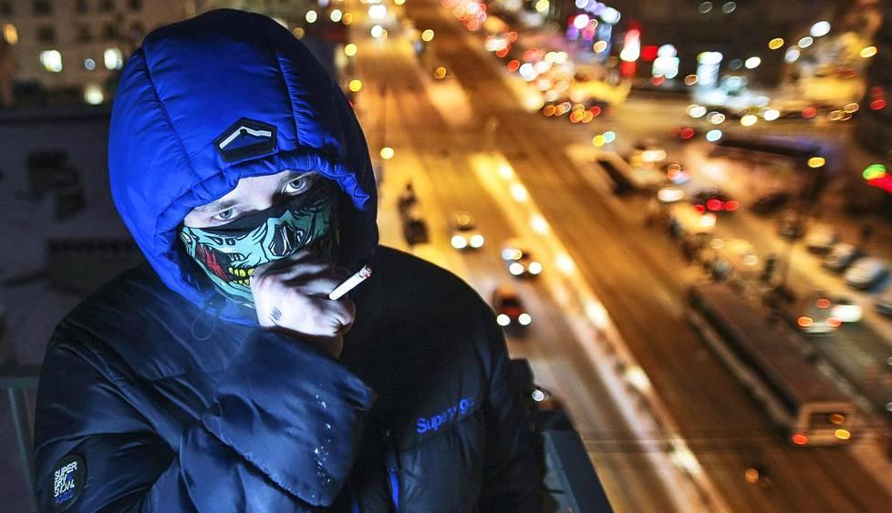 20-vuotias pietarilainen Dima kotikaupunkinsa Pietarin Ligovskin valtakadulla. Dima on ostanut huumeita netistä kuuden vuoden ajan, ja hän on ehtinyt työskennellä myös  huumekätköjä tekevänä kuriirina.
