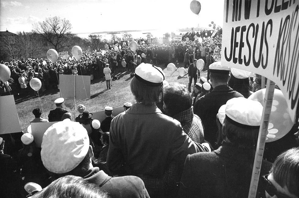 Vuonna 1971 kristilliset ylioppilaat olivat palloineen ja julisteineen vastassa Ullanlinnanmäelle saapuvia juhlijoita.