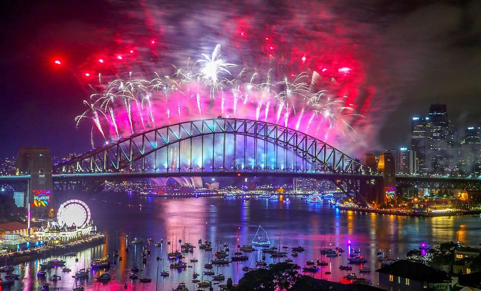 Uudenvuoden juhlailotulitus Sydneyn Harbour Bridgellä.