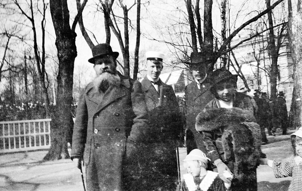 Kalle Pälsi (vas.) ja Aarne Pälsi sekä Sakari ja Aino Pälsi lastensa Liisa ja Vappu Pälsin kanssa Kaivopuistossa vuonna 1912.