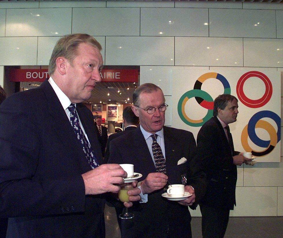 Helsingin hakukomitean puheenjohtaja Martin Saarikangas ja Kansainvälisen olympiakomitean jäsen Peter Tallberg saivat talviolympialaisten hakuohjeet Lausannessa maaliskuussa 1999.