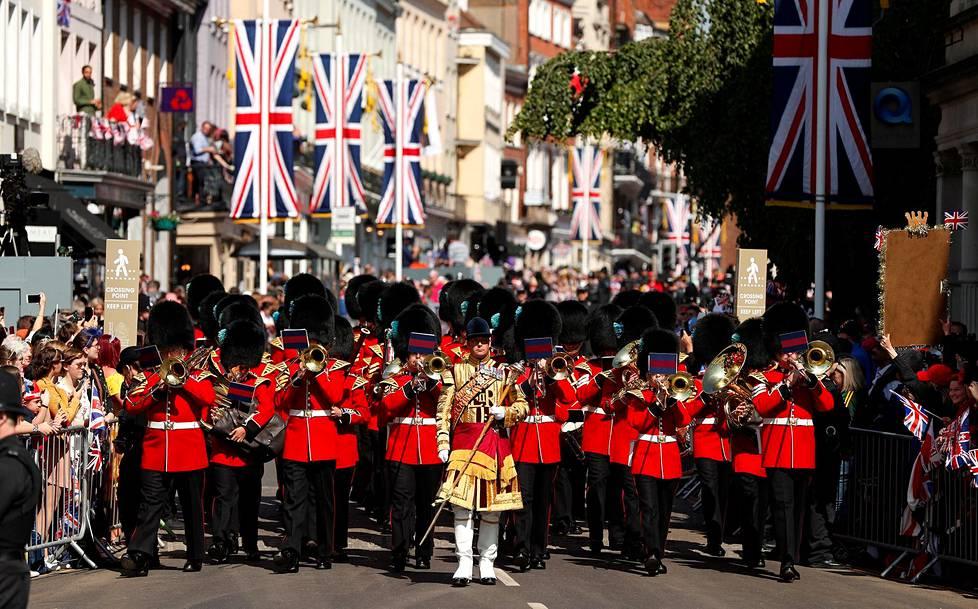 Marssibändi esiintyi ennen seremonian alkua.