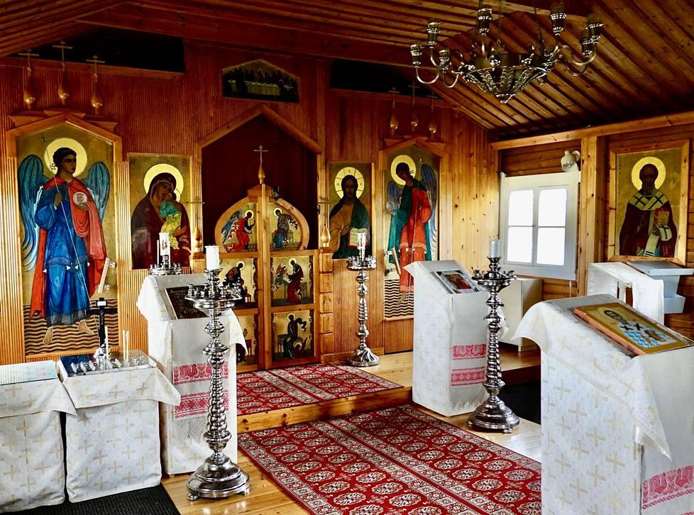 Pyhän Nikolaoksen tsasounan ikonit on maalannut Martha Neiglick-Platonov Bysantin ikonimaalausperinnettä jäljittelevällä tyylillään.