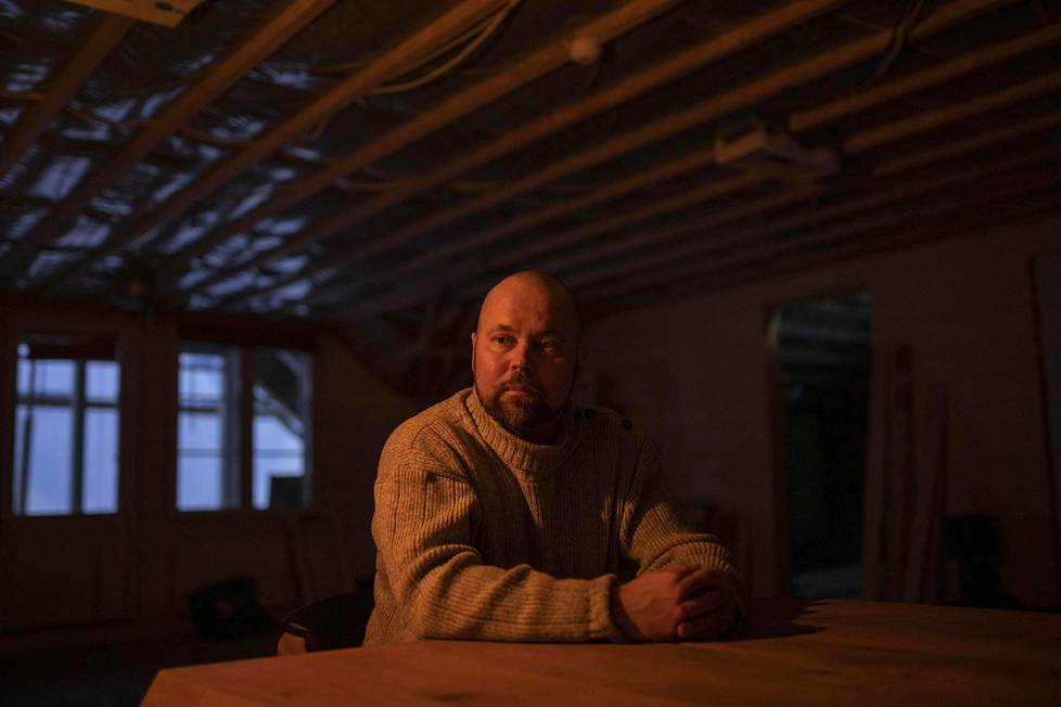 Arctic lifestylen Lumi resortin yrittäjä Juha-Pekka Mikkola yrityksen keskeneräisissä tiloissa. Koronavirus iski kovaa viime vuosina investoineeseen yritykseen.